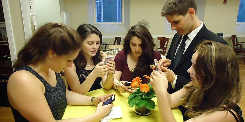 Com consumeixen informació els joves? Quina confiança dónen als mitjans? | Foto: Tom Sulcer