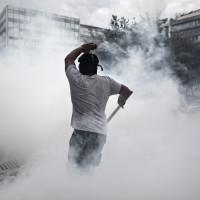 Manifestant que es queixen de les polítiques d'austeritat s'enfronten a la policia a Grècia. Foto: Dimitris Michalakis