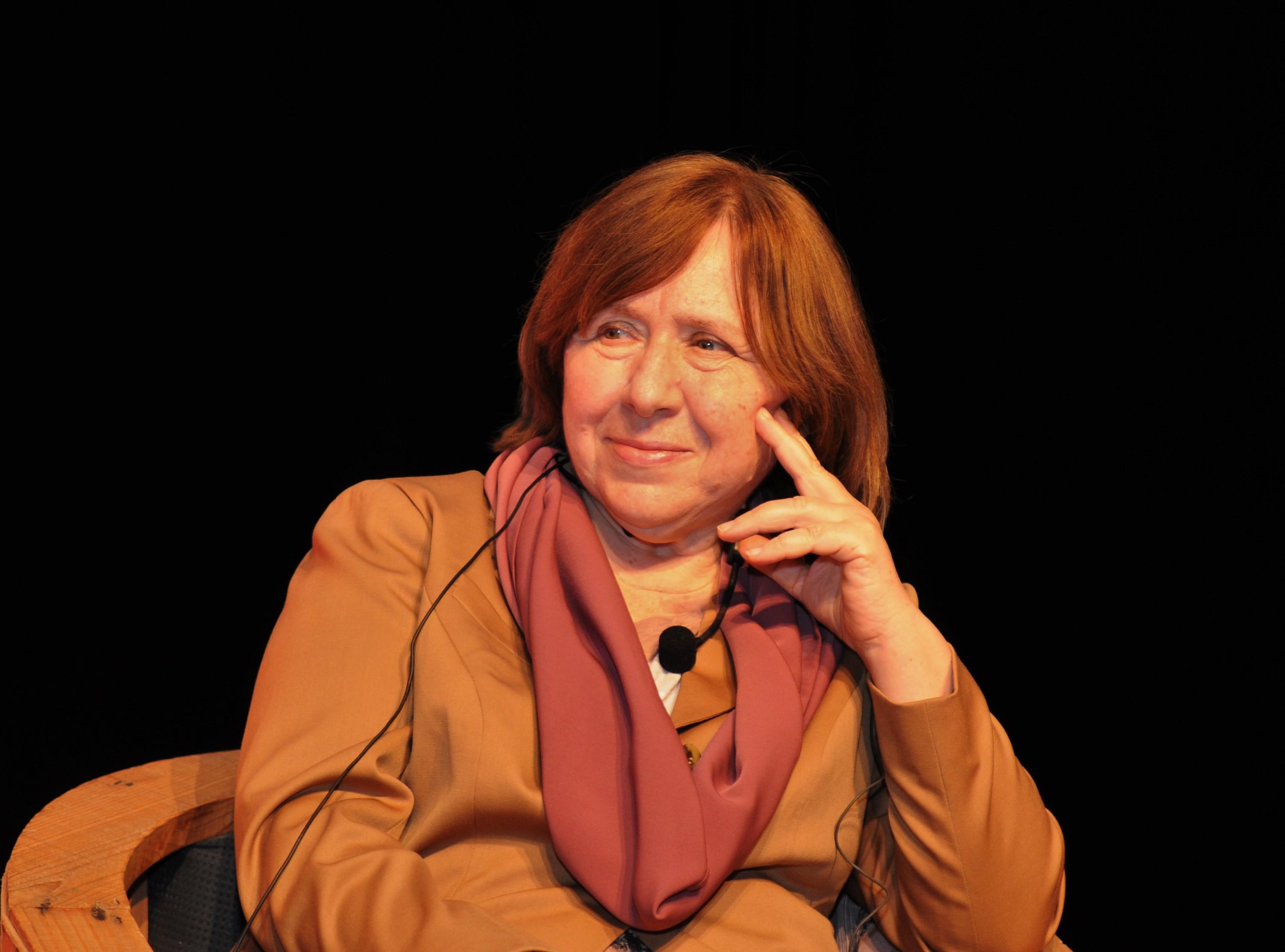 L'escriptora Svetlana Alexsiévich durant l'acte que va tenir lloc a l'antiga fàbrica Fabra i Coats.