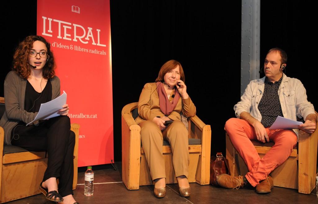 D'esquerra a dreta, Laia Seró, estudiant de periodisme i membre de SomAtents, Svetlana Alexsiévich i David Vidal, professor del departament de Mitjans, Comunicació i Cultura de la UAB.