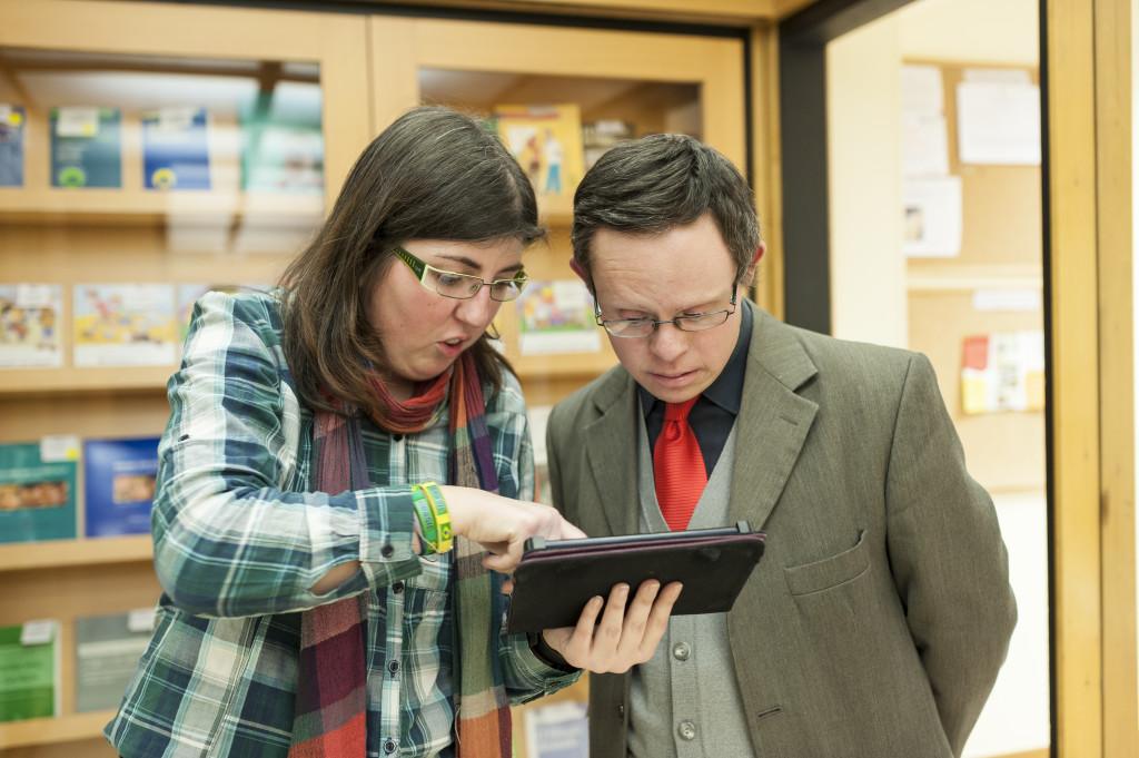 Dos integrants d'Èxit 21 comentant una notícia de la tauleta. Foto: Sergio Ruiz