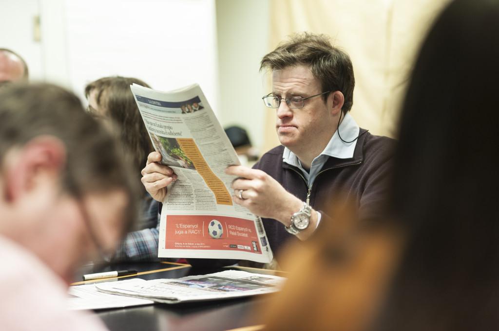 Andy Trias, un dels membres del portal, llegint la premsa. Foto: Sergio Ruiz