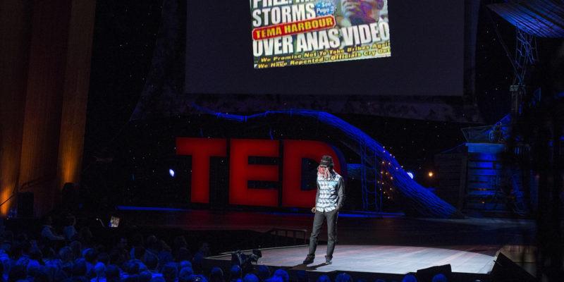 El periodista ghanès, Anas Aremeyaw, intervé durant una trobada de les TED Talks | Foto: TED Conference (Flickr)