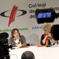 L'alcaldessa de Barcelona, Ada Colau, intervè sota la mirada de la degana del Col·legi, Neus Bonet | Foto: Ignasi Renom
