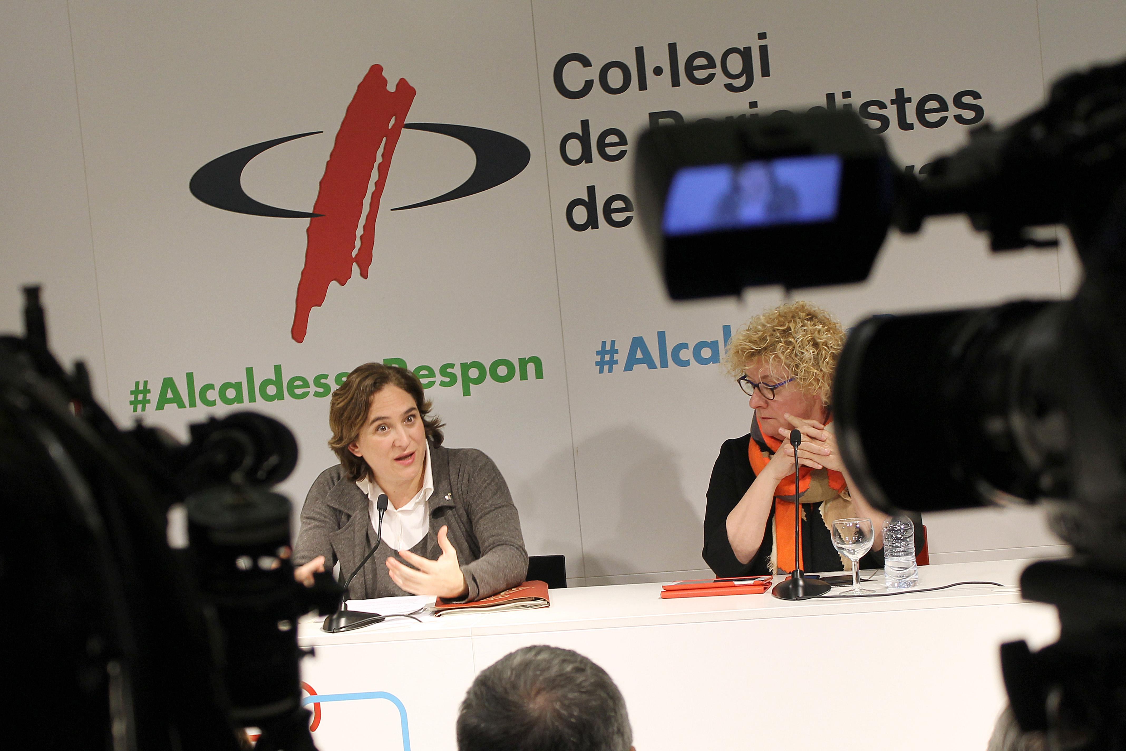 L'alcaldessa de Barcelona, Ada Colau, intervè sota la mirada de la degana del Col·legi, Neus Bonet   Foto: Ignasi Renom