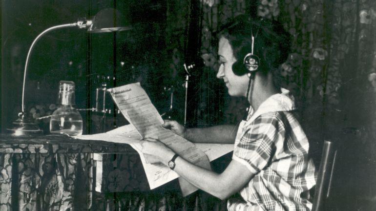 Maria Sabaté, una altra de les pioneres de la ràdio, al 1925 a Radio Barcelona. Foto: AFB
