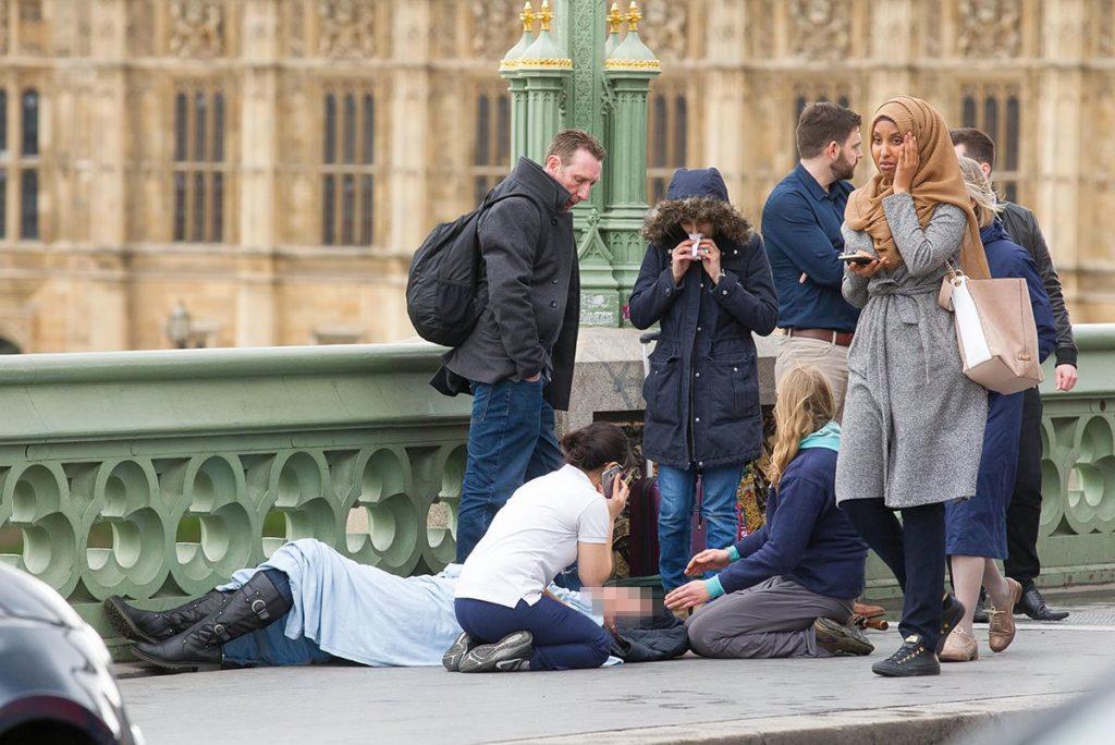 La imatge d'una musulmana passant davant d'una de les víctimes de l'atemptat de Londres va alimentar discursos ultres. Autor: Jamie Lorriman