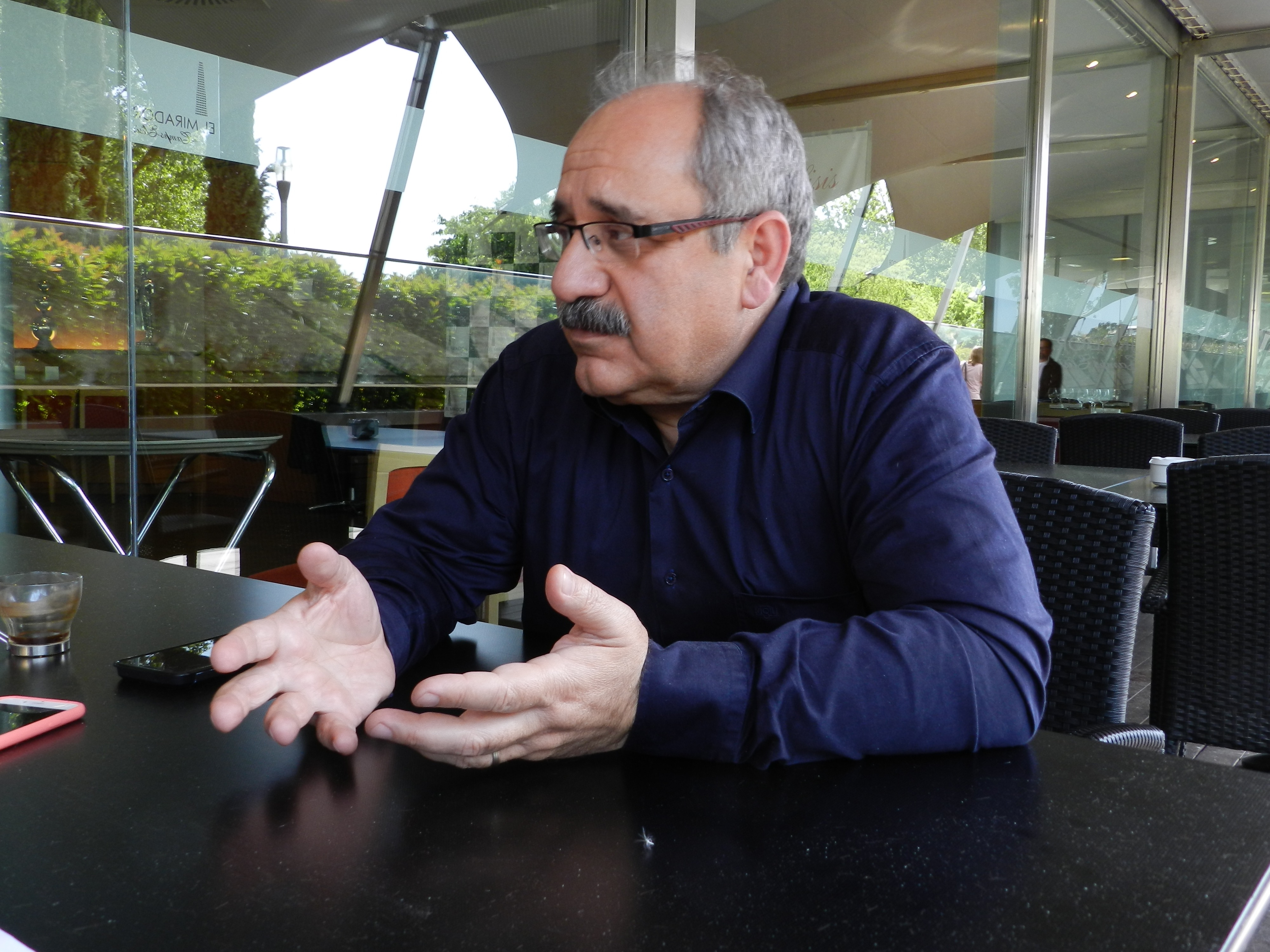 Dogan Tiliç durant l'entrevista | Foto: Col·legi de Periodistes
