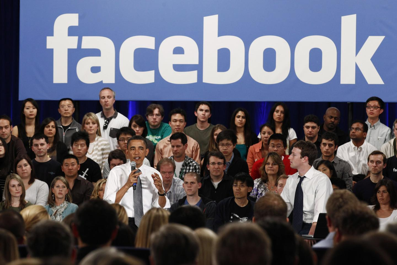 Obama i Zuckerberg durant una visita del president a les instal·lacions de Facebook l'abril de 2011. Foto: Facebook