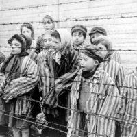 Dones i nens al camp de concentració d'Auschwitz | Foto: Arxiu oficial de documentació i filmografia de Bielorrússia (Wikimedia)
