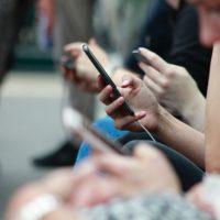 Robin Worrall (Unsplash) mobil joves, consum noticies