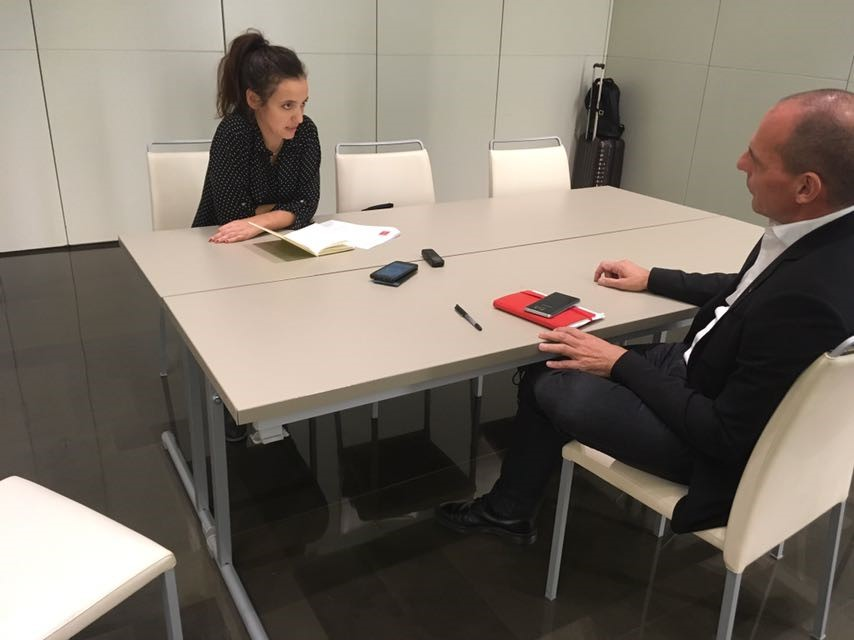 Queralt Castillo entrevistant Yanis Varoufakis, exministre de Finances grec ∣ Foto: Daniel Cruz