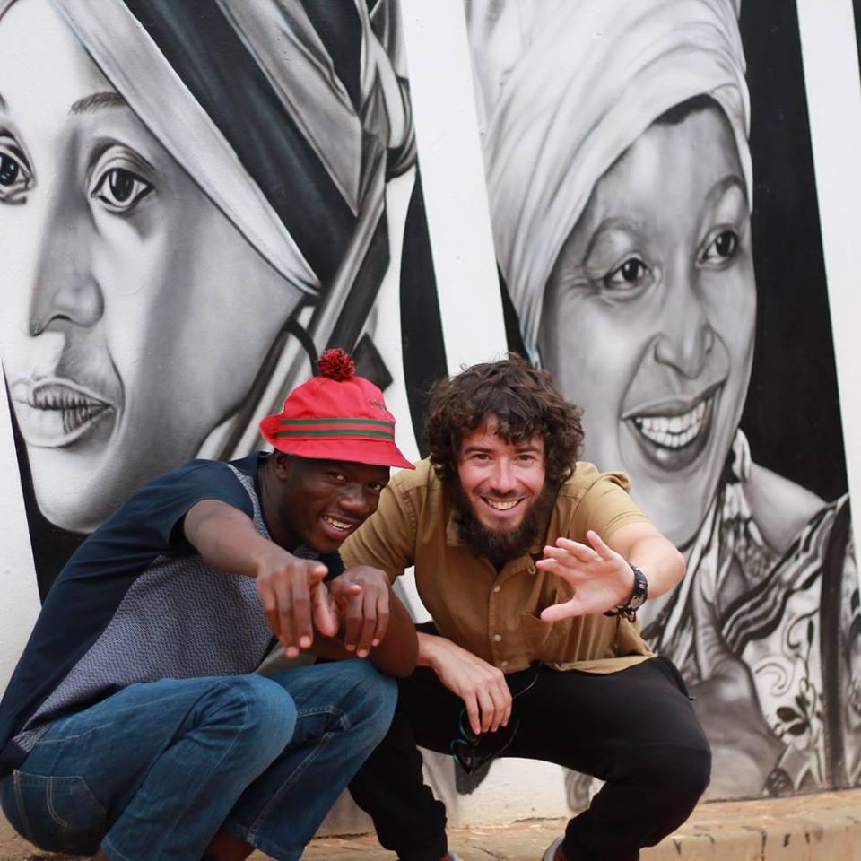 Pablo López Orosa a Sudàfrica, posant amb Lucky, un líder del moviment cultural Pantsula ∣ Foto (cedida): Hloks, artista local