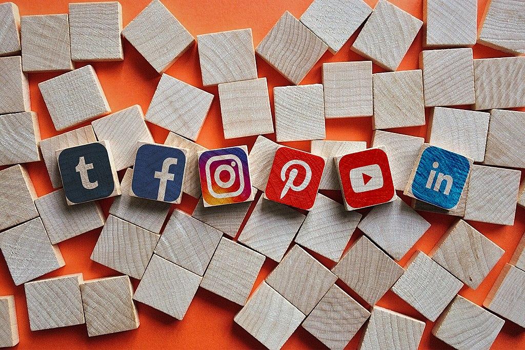 xarxes socials facebook instagram youtube linkedin