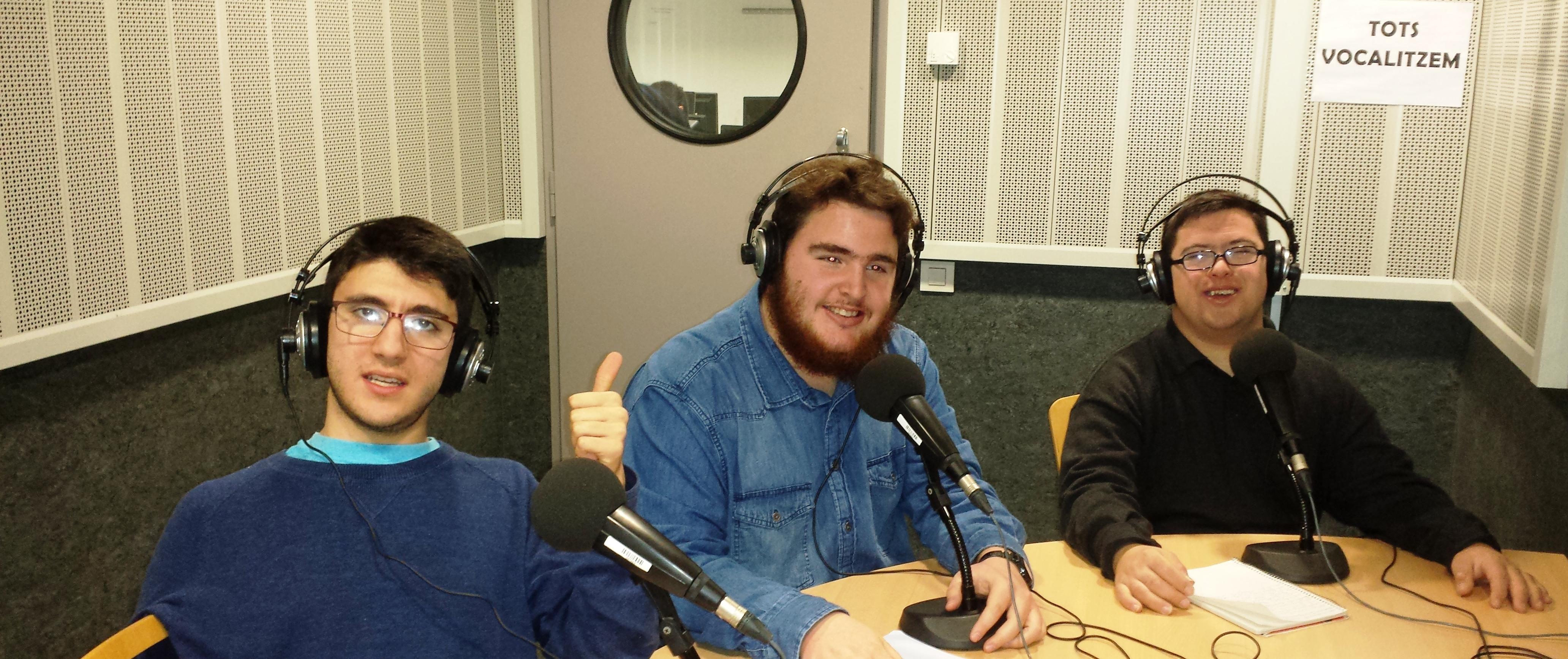 Alfonso Varona, Lluc Valls i Carles Pardo, participants de la segona promoció del curs, a l'estudi d'UPF Ràdio. Foto: FCSD