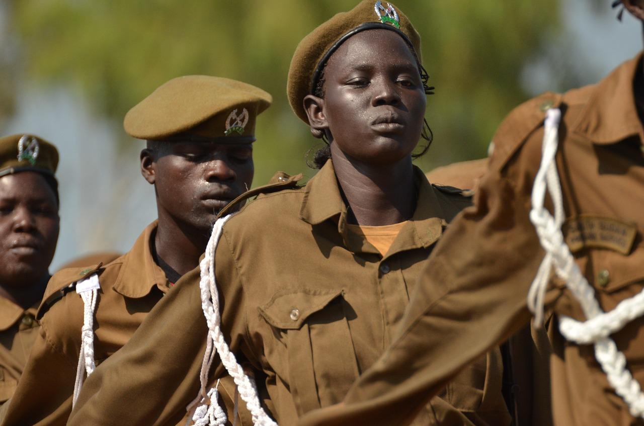 Soldats -entre ells una dona- de l'exèrcit de Sudan del Sud, on Xavier Aldekoa té un tema pendent de fer.