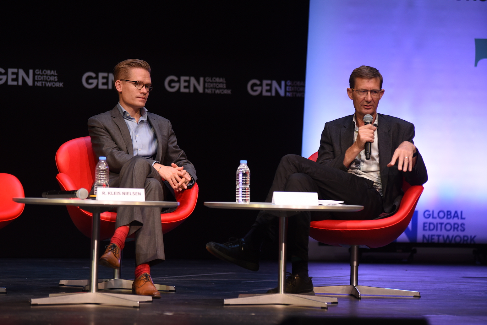 Nic Newman (dreta) i Rasmus Kleis Nielsen, dos dels autors de l'informe del Reuters Institute, a Atenes l'estiu de 2019 | Maro Kouri (GEN)
