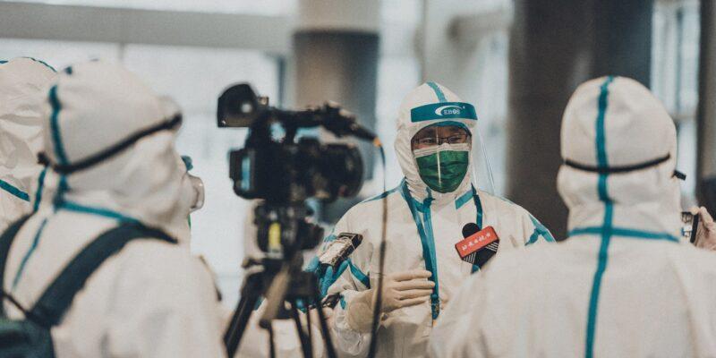 Periodistes xinesos entrevisten a un expert durant el confinament. Foto: Tedward Quinn / Unsplash