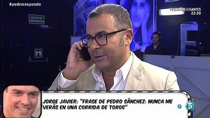Jorge Javier Vázquez parlant en directe amb Pedro Sánchez.  Font: Mediaset.