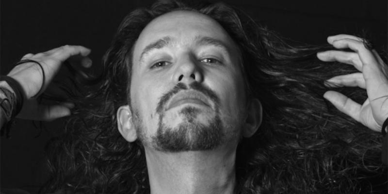 """Pablo Iglesias se desmelena"""", deia el titular del suplement de La Vanguardia. Font: Fashion & Arts Magazine."""