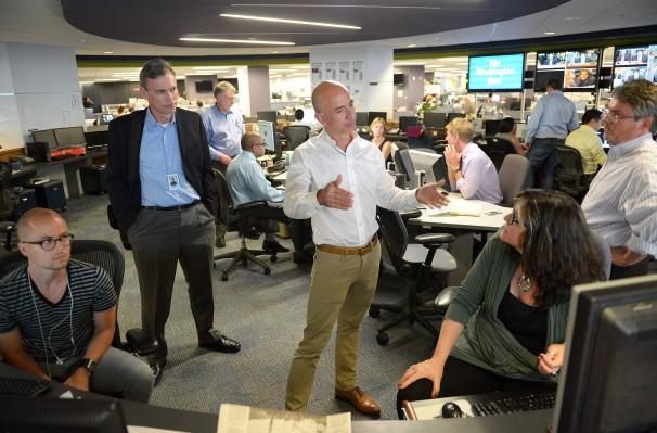 Jeff Bezos a la redacció del Washington Post. Foto: Matt McClain / The Washington Post